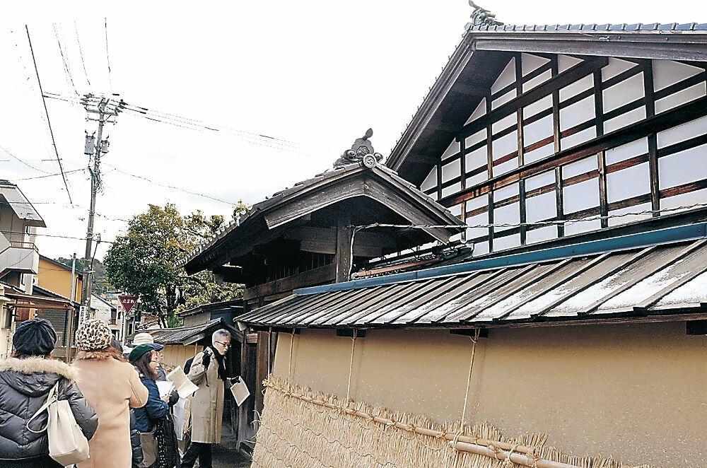 金澤町家を見学する参加者=金沢市兼六元町