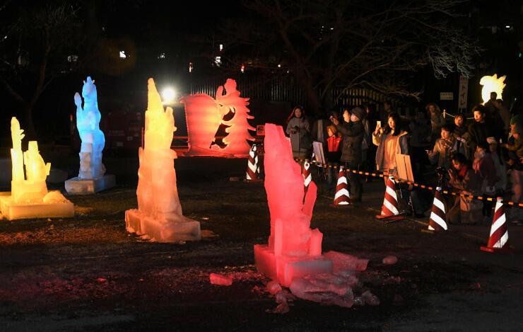 大勢の家族連れらでにぎわう氷彫フェスティバルの会場=1日夜、松本城公園