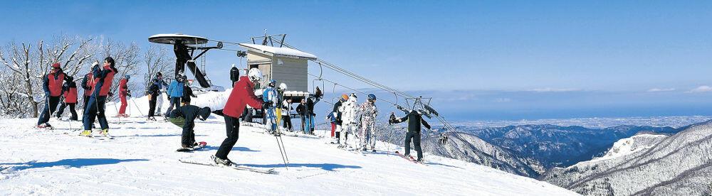 雄大な景色の中を滑るスキーヤー=白山市の白山セイモアスキー場
