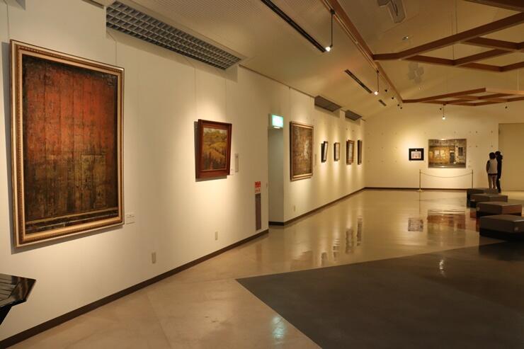 展示替えした「水原ふるさと農業歴史資料館」の文化ゾーン。市収蔵品コーナーでは小島清雄作品を展示している=新潟県阿賀野市