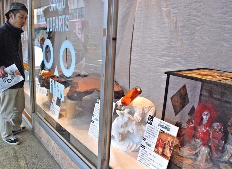 空き家で放置されていた家財道具の再生品を集めた「三条オーパーツ」=新潟県三条市
