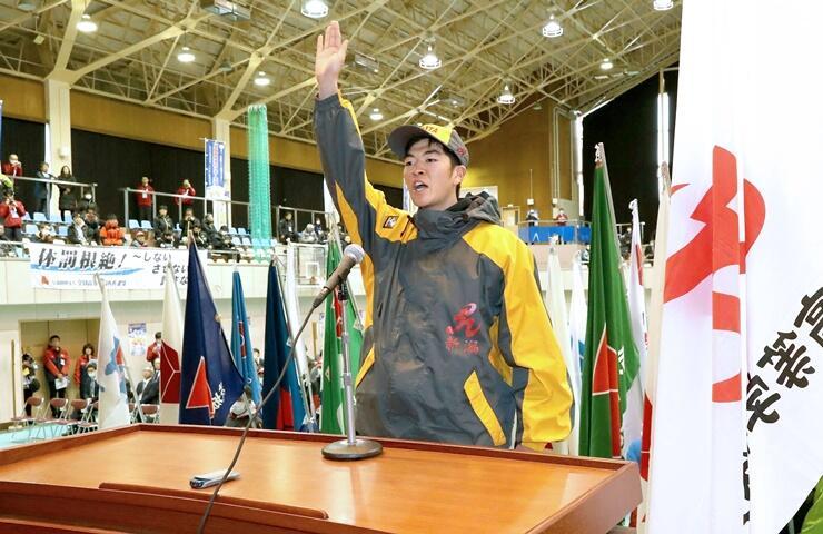 インターハイの開会式で宣誓する山川走選手=3日、新潟県妙高市
