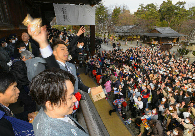 善光寺の節分会で、集まった参拝者に豆をまく〓SA(ウサ)さん=3日、長野市