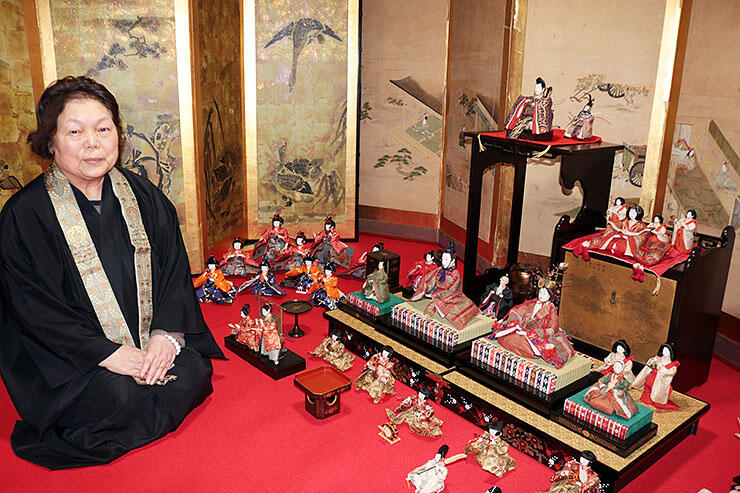 江戸時代のひな人形を並べる若杉副住職