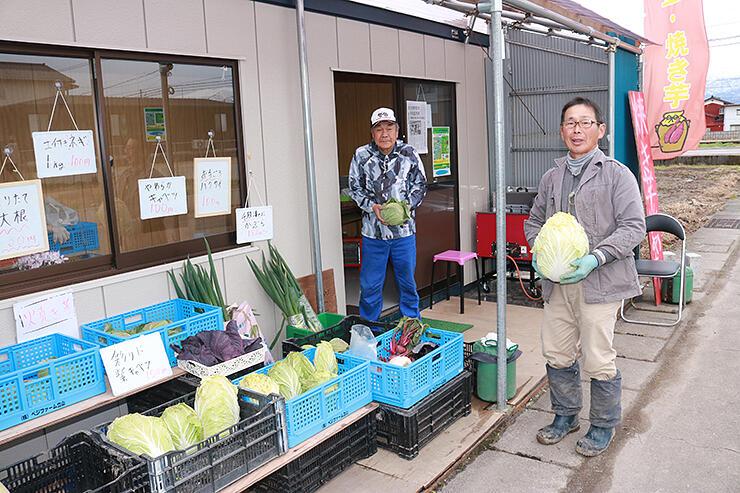 自社で生産した野菜を中心に販売する泉野社長(右)ら