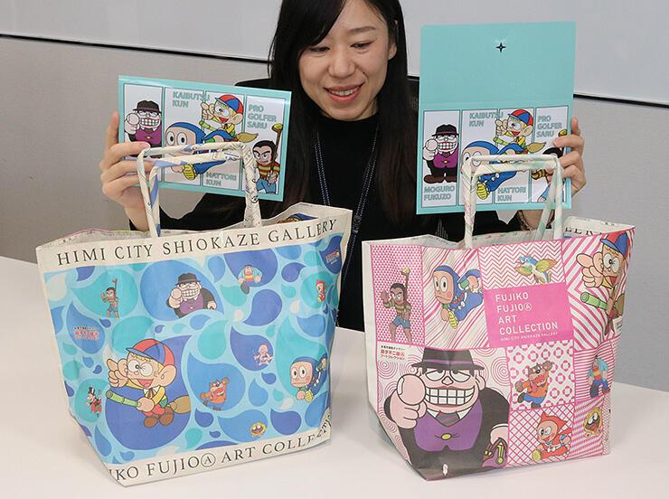 潮風ギャラリーのバレンタイン応援企画でプレゼントされる特製ポケットクリアファイルや新聞エコバッグ