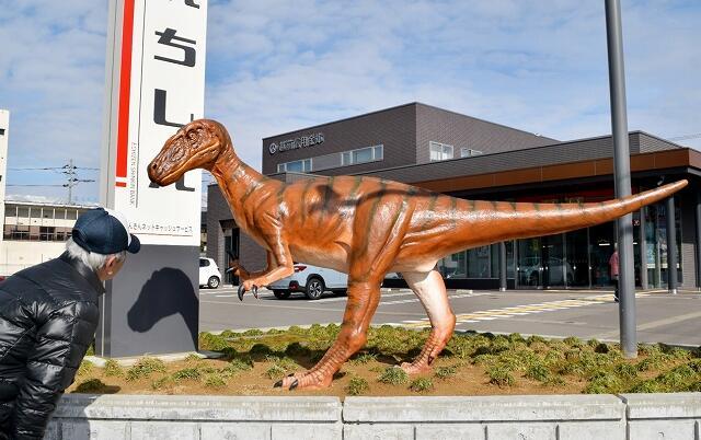 越前信用金庫勝山支店の駐車場にお目見えした恐竜のモニュメント=2月2日、福井県勝山市昭和町1丁目