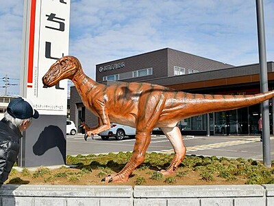 恐竜王国では地元金融機関にも恐竜像 福井県勝山市の越前信用金庫