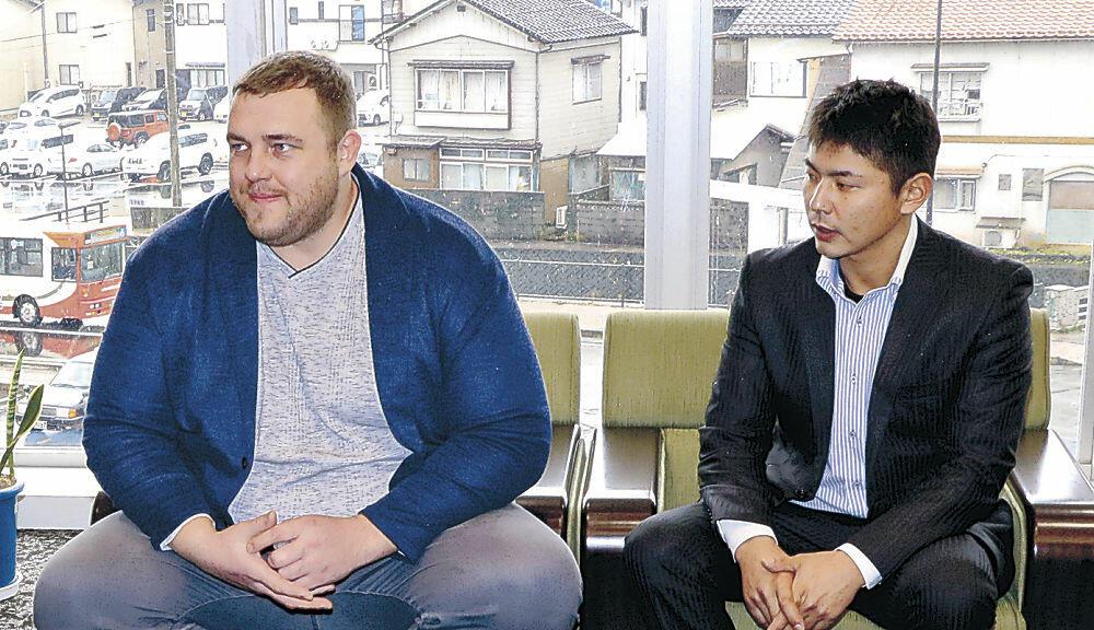 能登との友好促進に意欲を示す把瑠都さん(左)と中田さん=能登町役場
