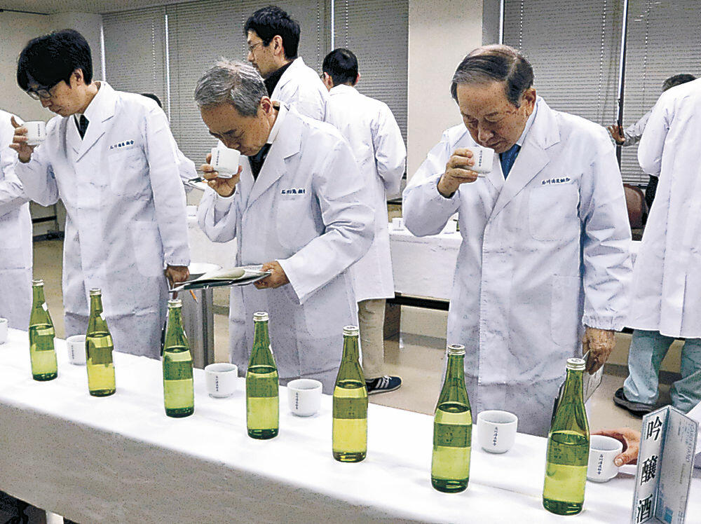 清酒の品質を確かめる審査員=白山市の松任産業会館