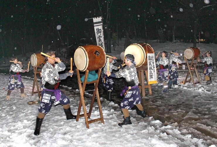 雪景色の中で太鼓の演奏と雪女との記念撮影が楽しめる「雪美洞祭」=南魚沼市坂戸