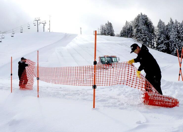 7日の営業再開に向け、準備を進める古志高原スキー場の職員=6日、長岡市山古志竹沢