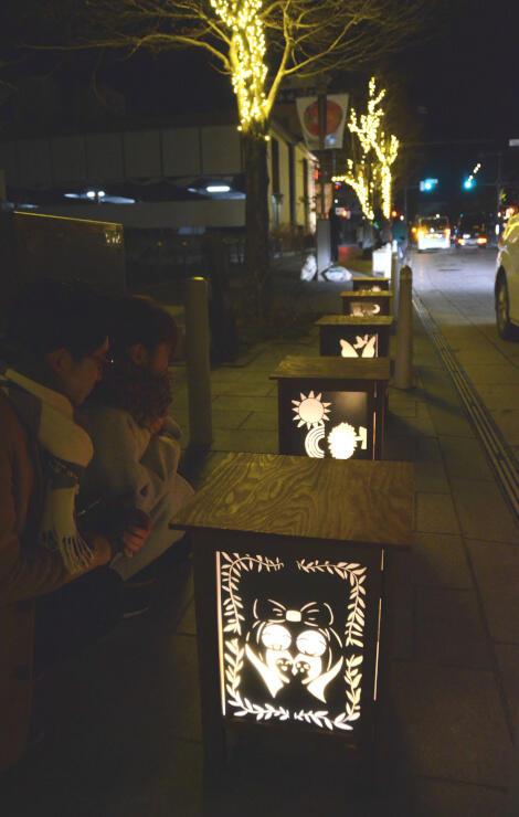 市内の小学6年生が夢を切り絵で描いた作品も通りを温かく彩った=6日午後7時