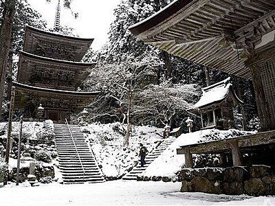 明通寺が雪化粧 小浜、水墨画の世界