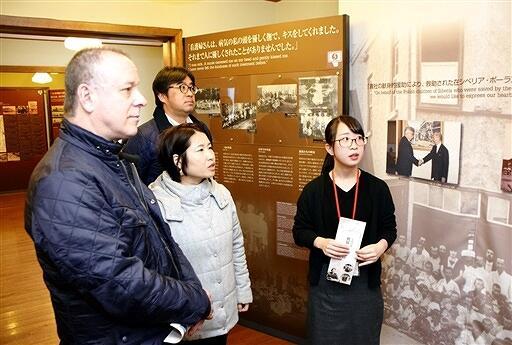 ポーランド孤児上陸に関する展示を見るギルマンさん(左)=2月6日、福井県敦賀市の「人道の港敦賀ムゼウム」