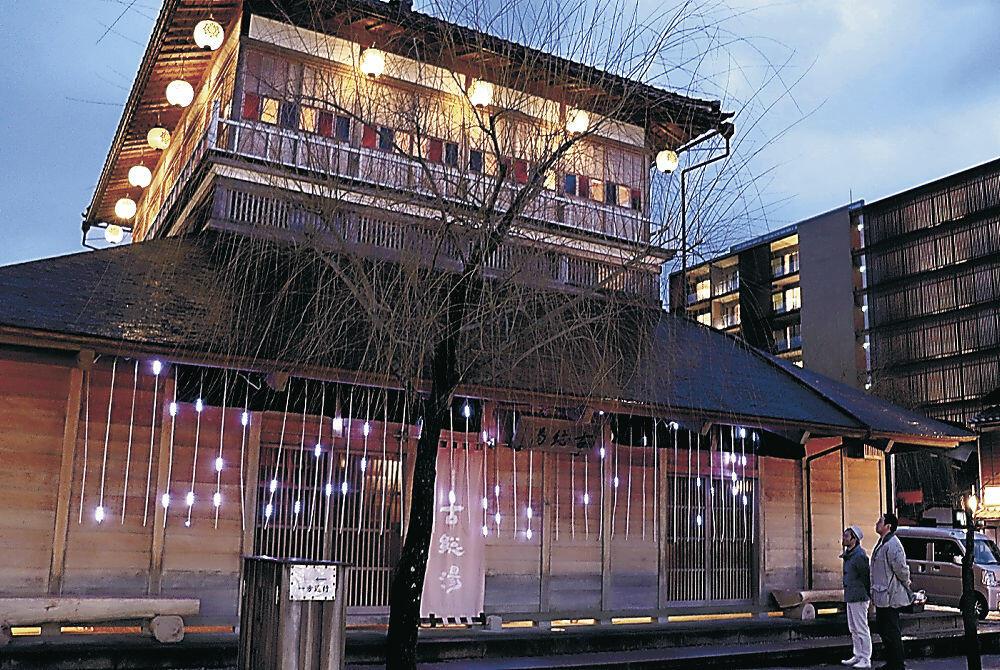 イルミネーションが設置された古総湯=加賀市山代温泉