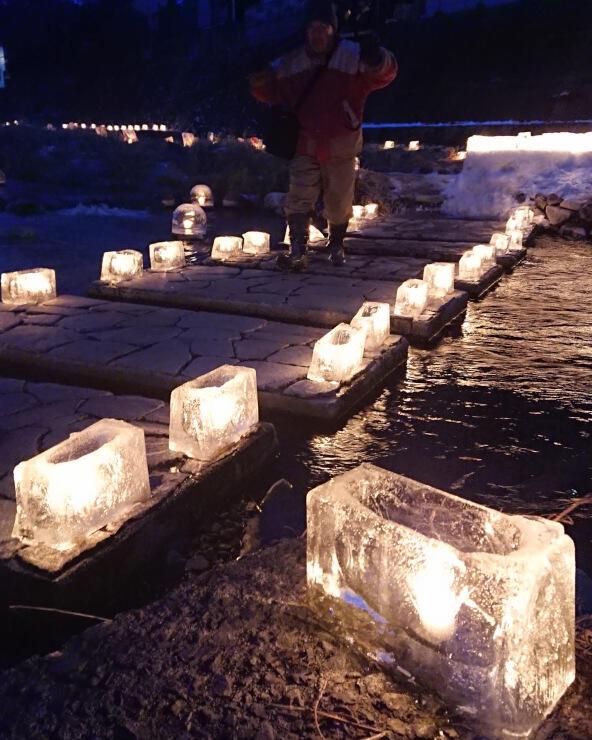 木曽町中心街の八沢川を彩るアイスキャンドル