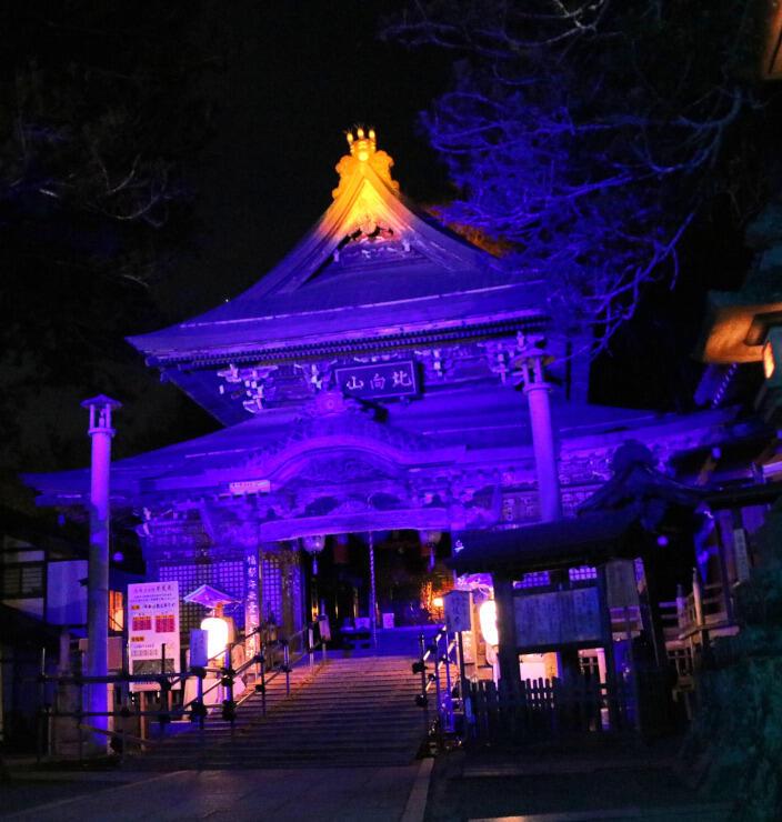 ライトアップされて浮かび上がる北向観音=7日、上田市