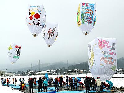 巨大紙風船浮かぶ 南砺ふくみつ雪あかり祭り