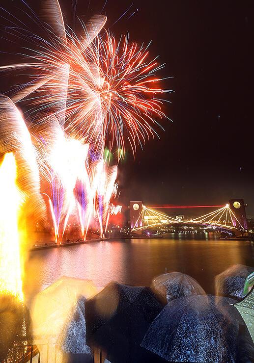 冬の夜空と水面を鮮やかに彩った花火=富岩運河環水公園(多重露光)