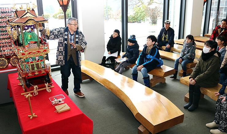 自作の模型を使って曳山の構造を解説する上野さん(左)