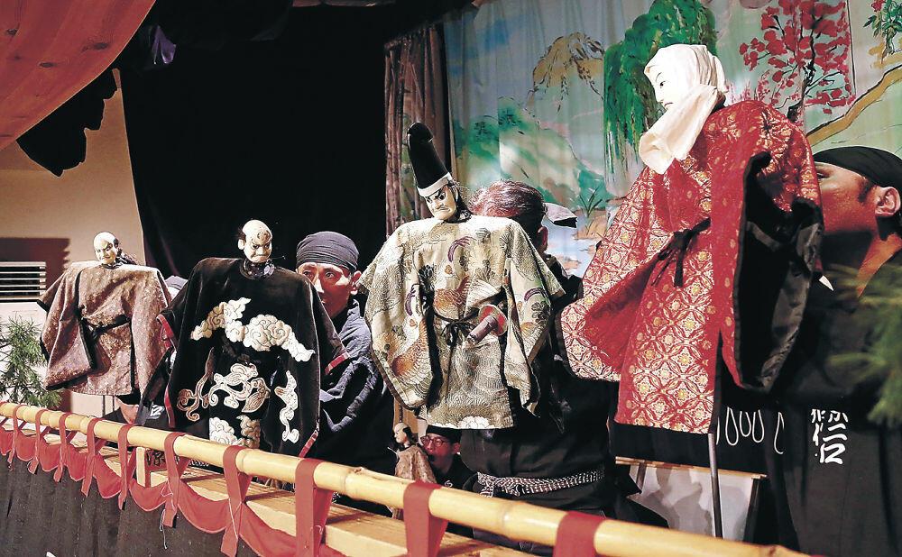 巧みに「でく」を操る出演者=白山市東二口歴史民俗資料館