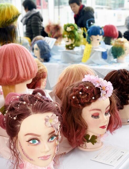 個性あふれるヘアデザイン作品が並ぶ卒業作品展=2月8日、福井県福井市のアオッサ