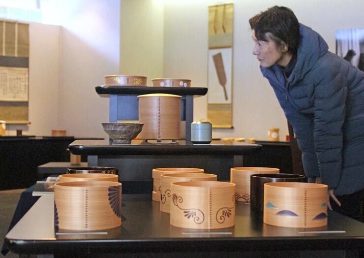 木目を生かした茶道具などが並ぶ橋村萬象さんの個展=長岡市東坂之上町2