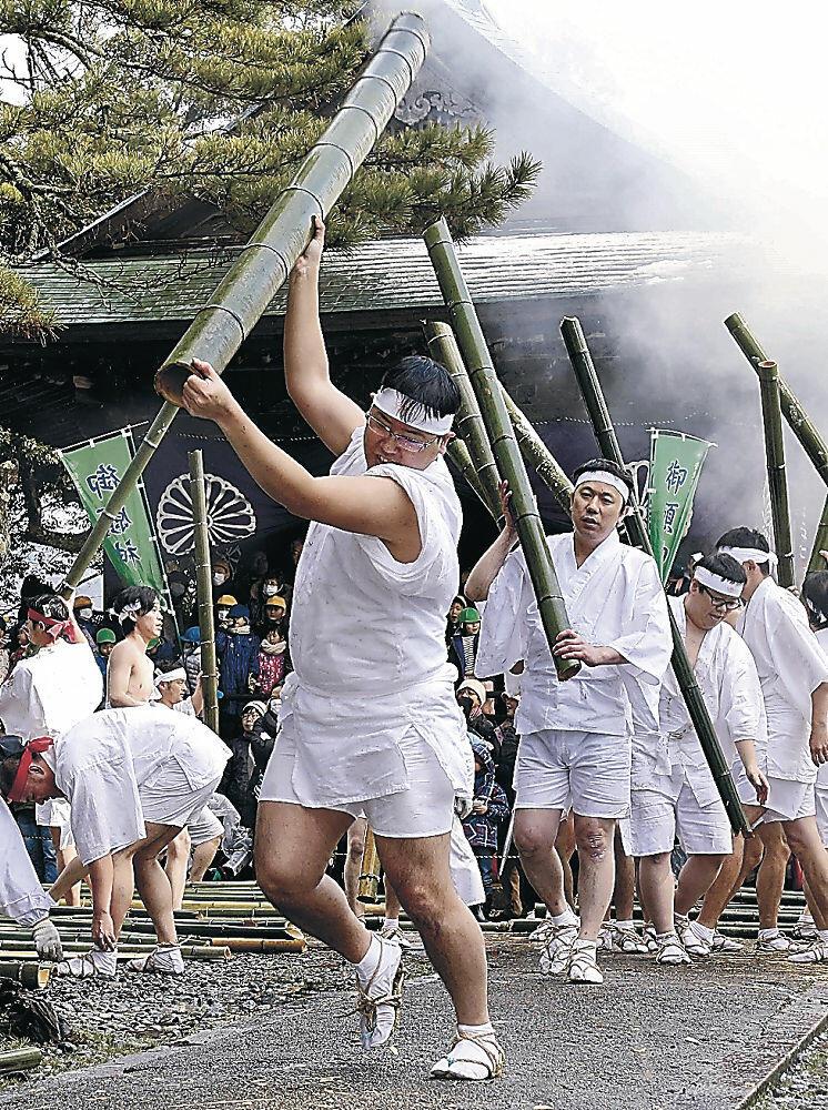 青竹をたたき割る若衆=加賀市大聖寺敷地の菅生石部神社