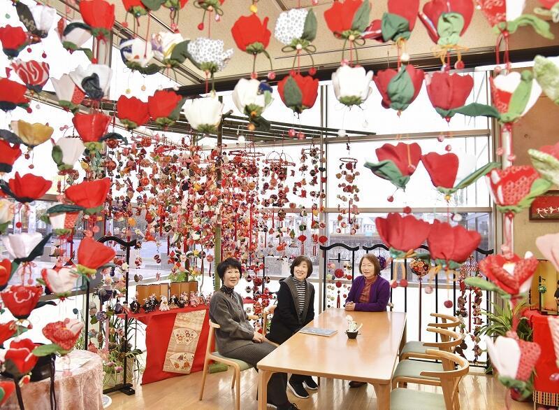 つりびなで華やかに彩られた鯖江市文化の館喫茶室「こっしぇるん。」の店内=福井県鯖江市水落町2丁目