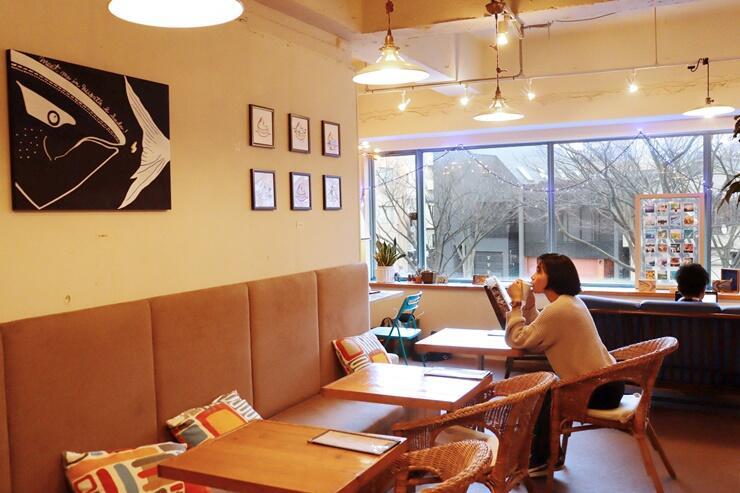 佐渡の名所や特産品をモチーフにした作品が並ぶ「さどしま展」=新潟市中央区