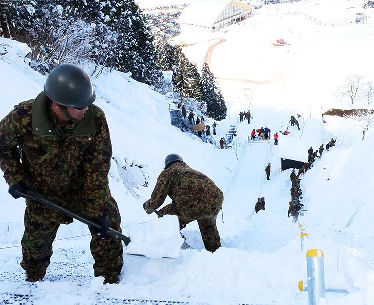 ジャンプ台の整備に取り組む自衛隊員=立山シャンツェ