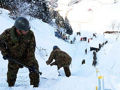 開幕間近、準備万全に とやま・なんとスキー国体 自衛隊がコースを整備