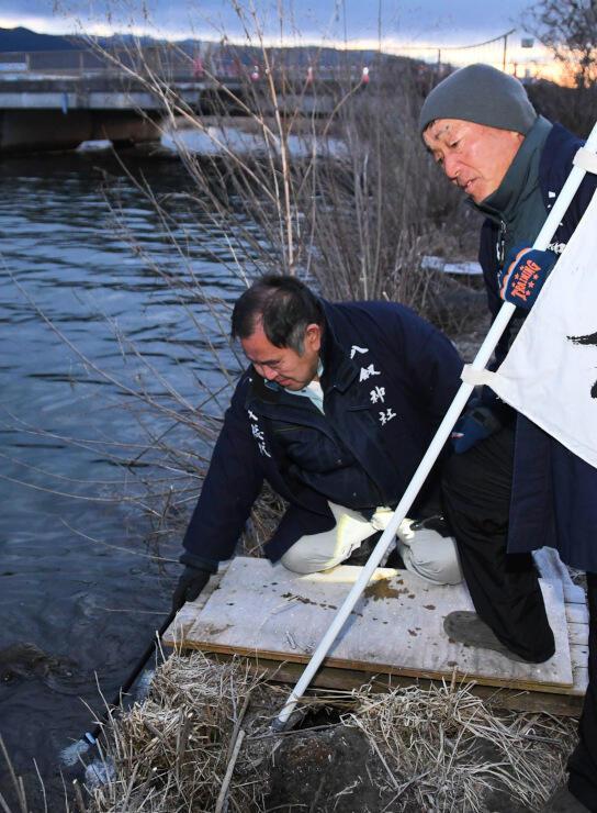 今季最後の湖面観察をする監視総代の笠原さん(右)と藤森さん