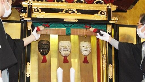 1年ぶりに開帳された三つの面=2月11日、福井県勝山市滝波町ふれあい会館