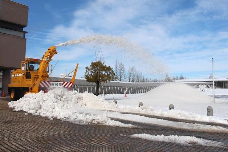 雪しか祭り会場の準備作業=12日、長岡市千秋3