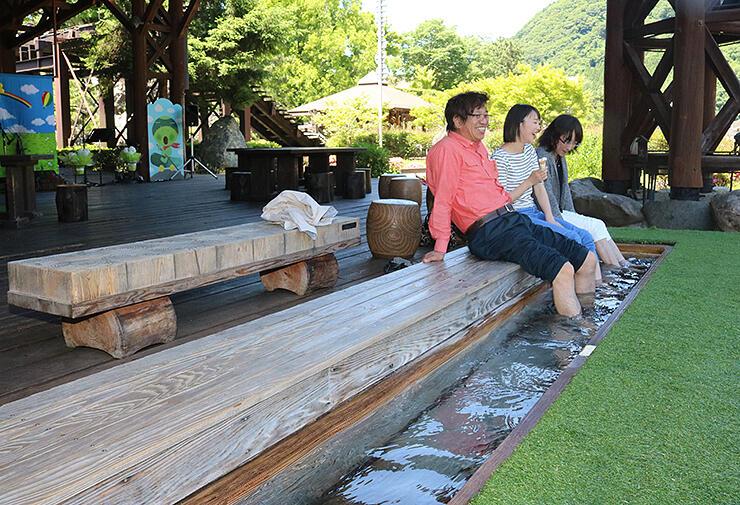 庄川清流温泉の源泉が使われている庄川水記念公園の足湯