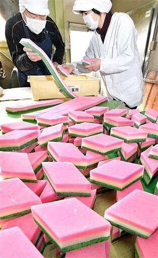 桃の節句を前に作られる華やかなひし餅=福井県福井市定正町の小形米菓