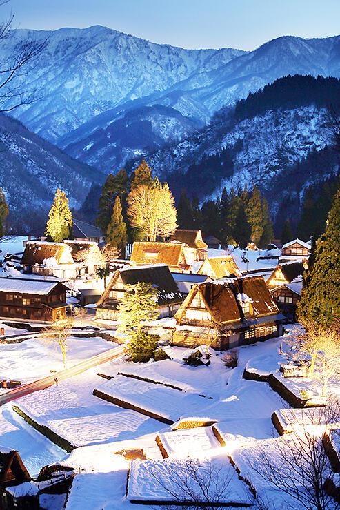 ライトアップされた雪景色の合掌造り集落=南砺市相倉