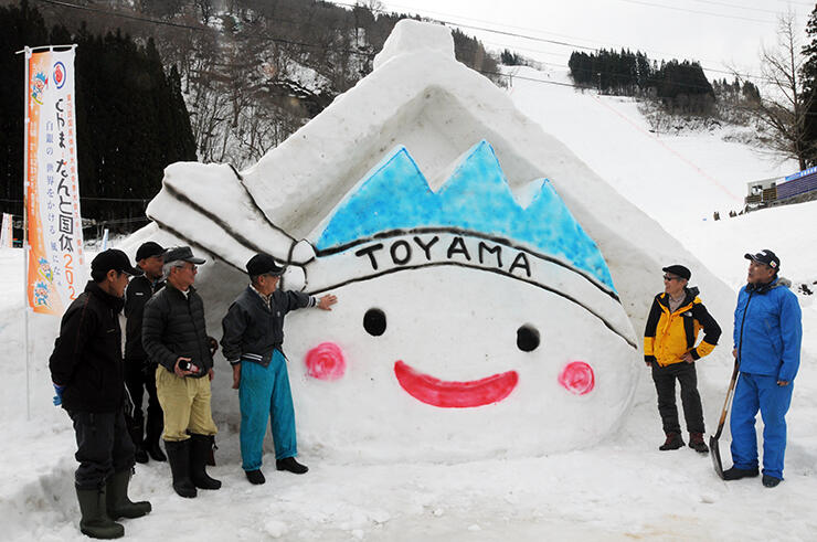 アルペン会場に設置された「きときと君」の雪像=たいらスキー場