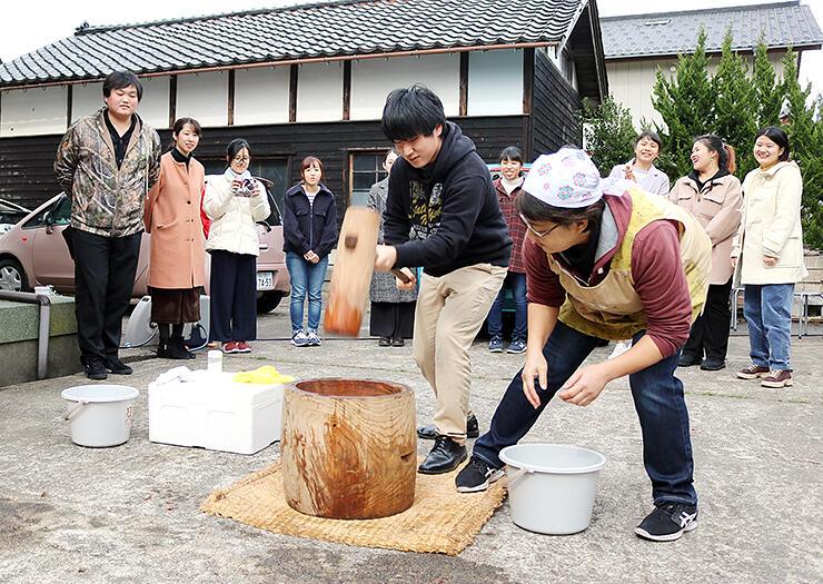 掛け声に合わせて、餅をつく静岡大の学生(中央)
