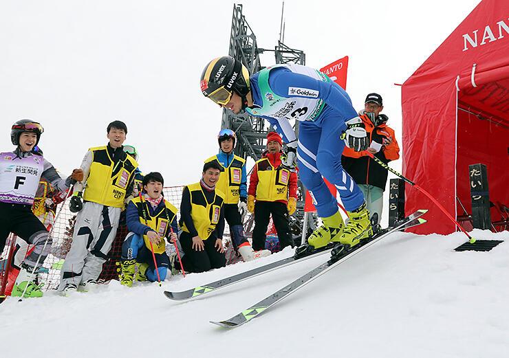 公式練習で次々とスタートするアルペン大回転の選手=たいらスキー場