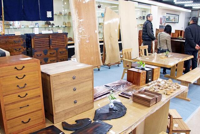 越前箪笥や一枚板のテーブルなどが並ぶ家具建具展=2月15日、福井県福井市の県産業会館