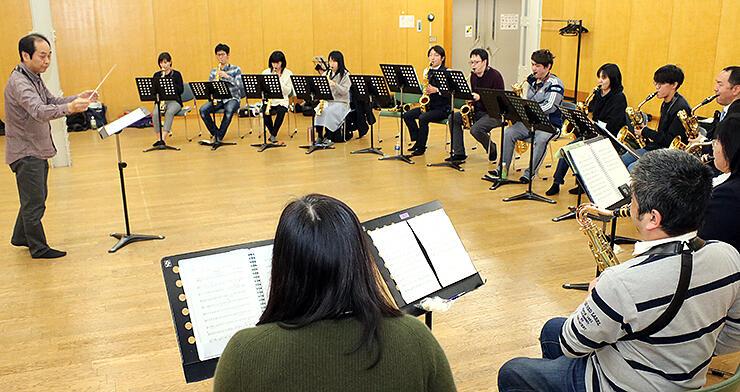 富山市民芸術創造センターで練習に励む富山サクソフォーン倶楽部のメンバー
