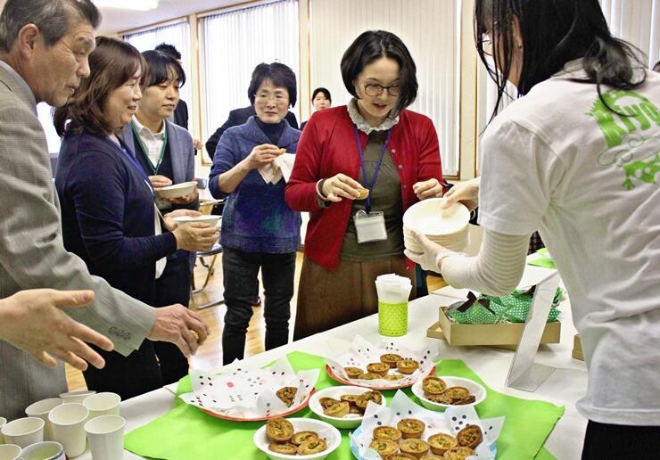 新たな特産品として作られた「清豆たると」を試食する関係者ら=上越市清里区