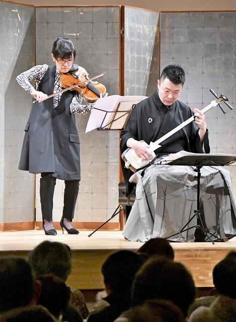 演奏するビオラの笠川さん(左)と三味線の本條さん=2月15日夜、福井県勝山市民会館