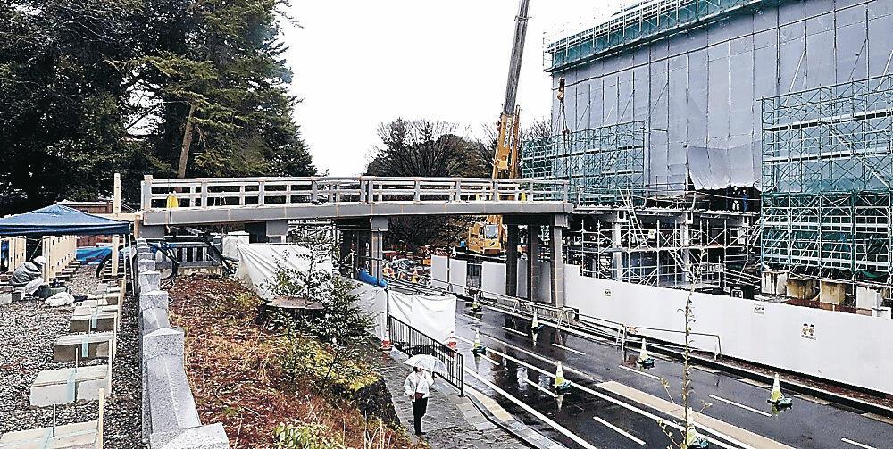 金沢城公園側の橋脚や橋桁が設けられ、尾山神社側とつながった鼠多門橋=金沢市内