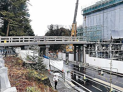 鼠多門橋、尾山神社に届く 金沢城、五輪前に完成