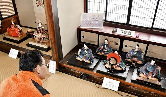 田村家に伝わる享保びな(左)や楽人びなの展示=2月17日、福井県大野市城町の武家屋敷旧田村家