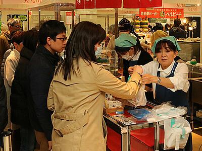 九州名物求めて長い列 富山大和で物産展